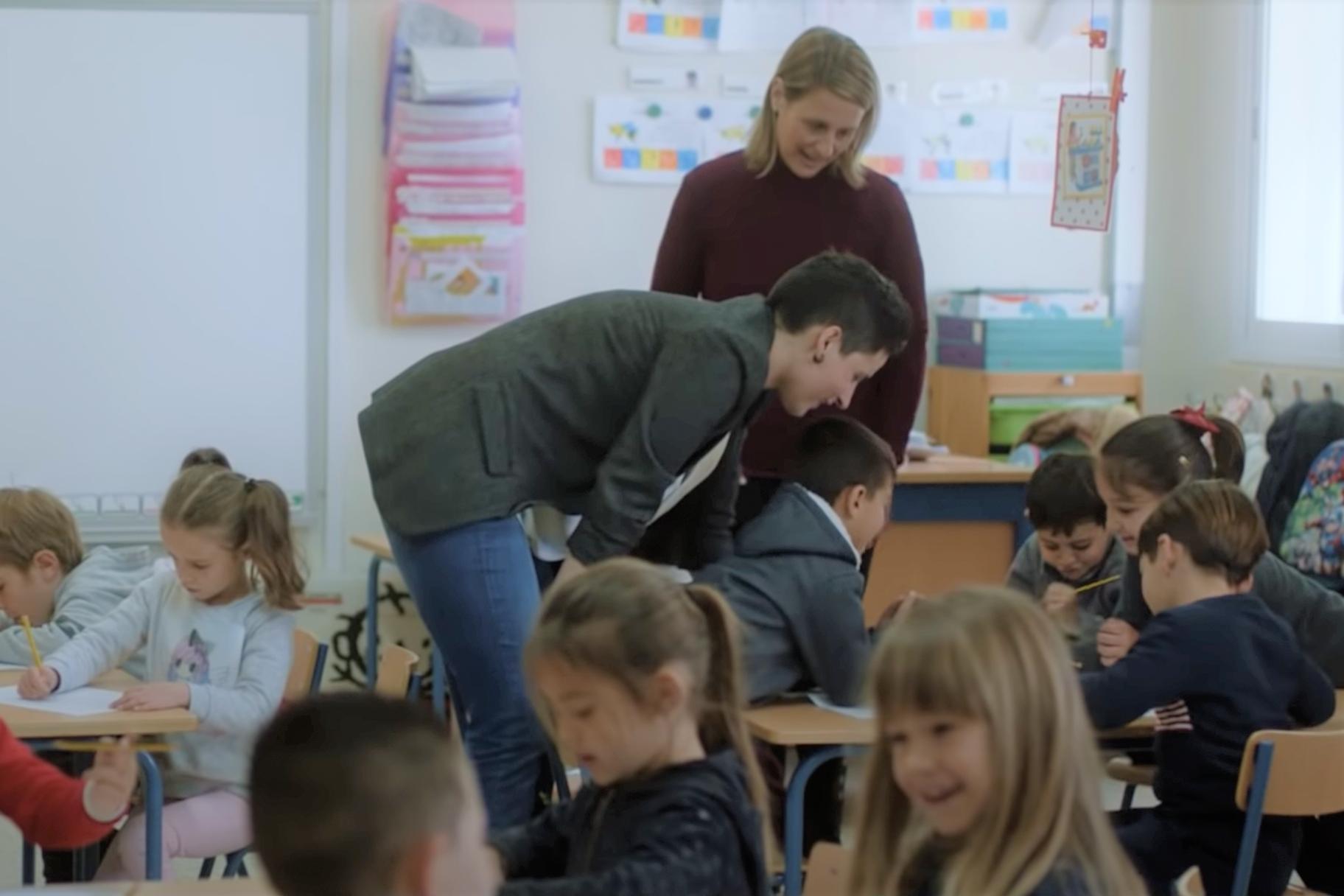 Amélie visits a classroom for her nonprofit, Aprendices Visuales.